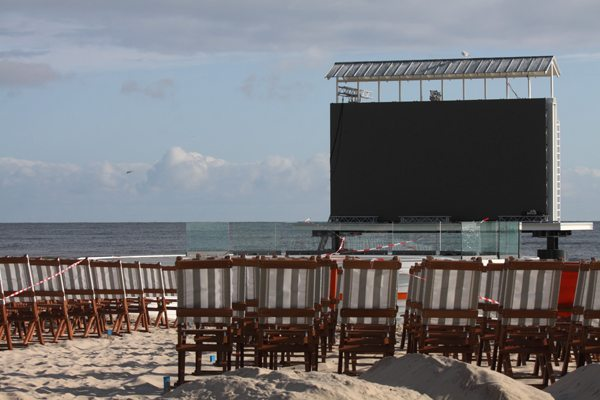 projection-screen-at-the-beach