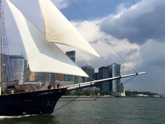 Manhattan-sailboat-skyline
